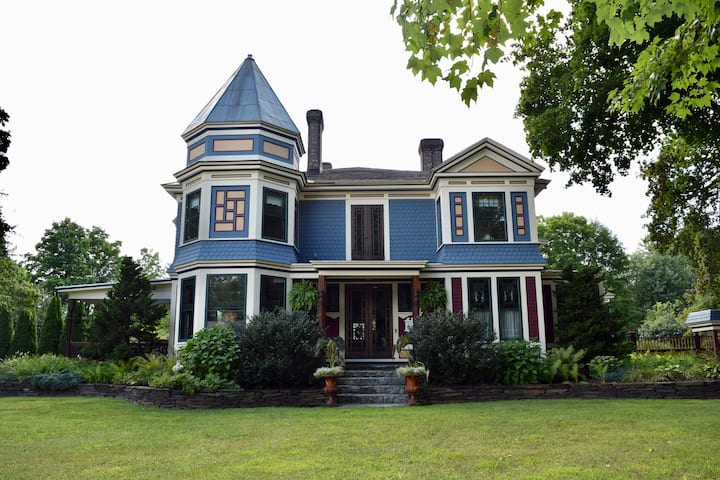 The Lacey Rose - A Victorian Home In Belchertown