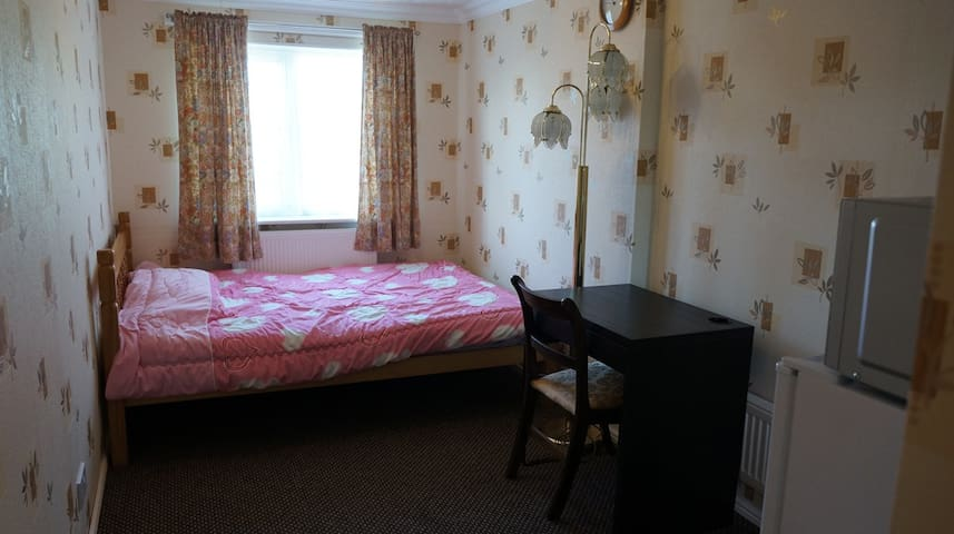Totally separated room with everything you need - Hove - Huis