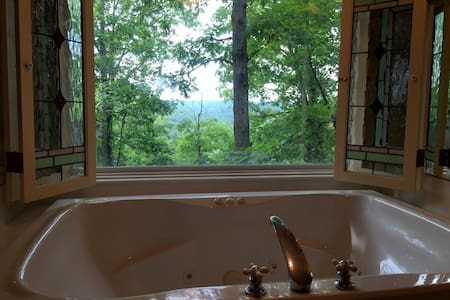 Ozark Spring Cabins #3, King Bed, Giant Spa Tub, Kitchen, Secluded, Private Deck with View - ยูเรกา สปริงส์ - อื่น ๆ