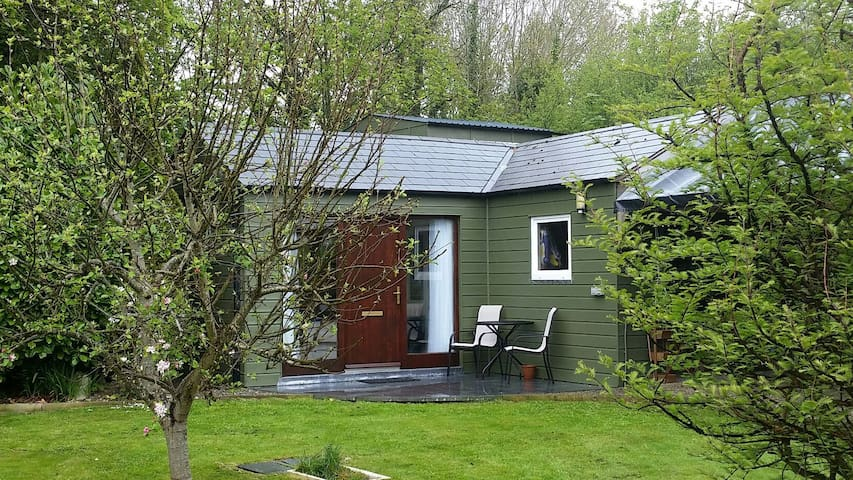 Seperate Garden room,ensuite& patio - Nr Ringaskiddy
