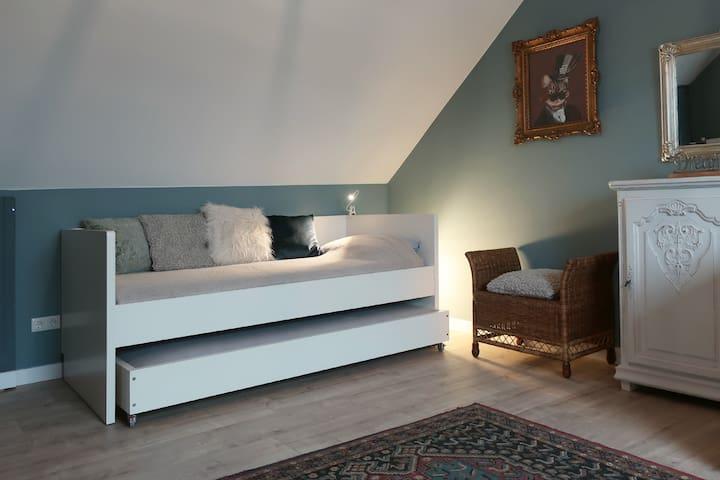 3 persoons slaapkamer boven bed met onderschuifbed