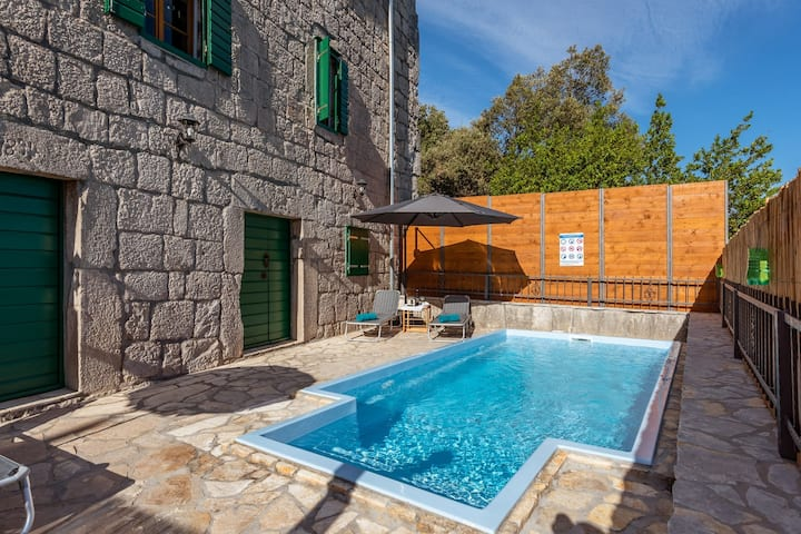 Villa Lazini Dvori - Two Bedroom Stone House Villa with Private Pool
