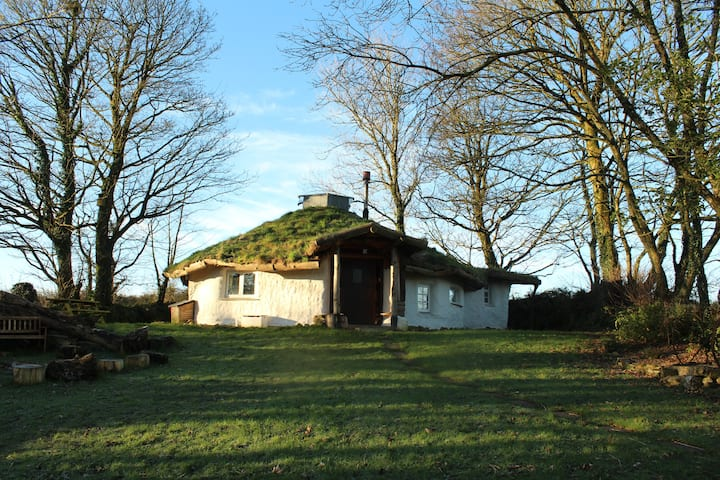 Toddalong Roundhouse: A Cornish Strawbail Retreat