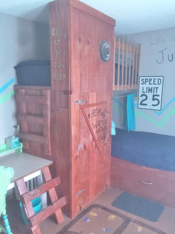 Castle Farms: Two twin bunk beds & shared bathroom