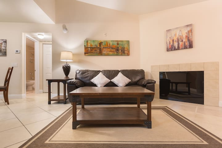 Beautiful 1BR/1BA condo next to The strip + pool