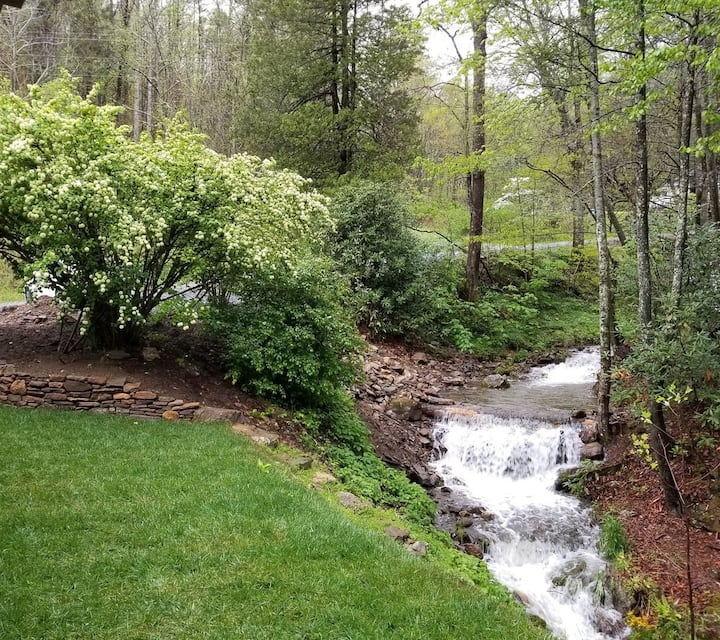 Creekside Retreat: Simple Cabin Luxury, Spectacular! On the River-Close to Weaverville, Asheville & more!