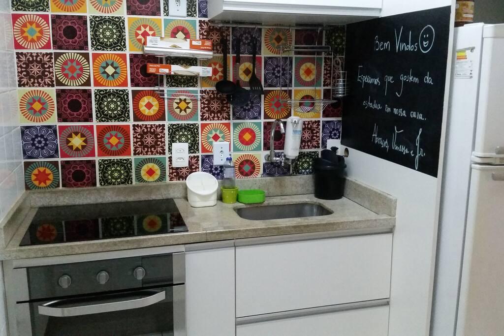 Cozinha projetada por mim, com fogão e forno elétricos, geladeira frost free e microondas. Além de utensílios  domesticos necessários para culinária.