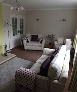 A detached house in tree lined road - Gloucester - Bed & Breakfast