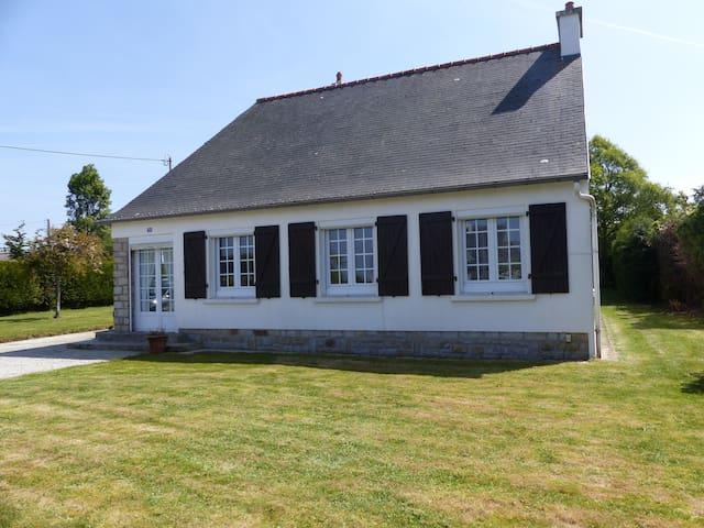 Maison entourée d'un grand jardin arboré et clos - Lanvéoc - Dom wakacyjny