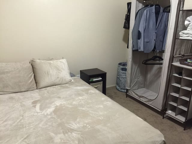 Cozy private room in centrally located Bakersfield