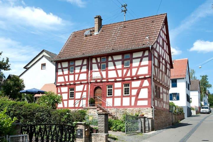 Historisches Fachwerkhaus - im Grünen und stadtnah - Wiesbaden - House