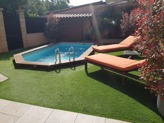 Studio avec piscine sans vis à vis dans une villa.