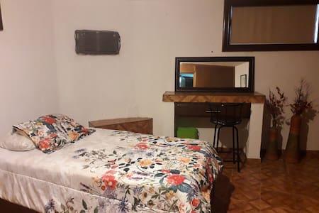 Habitación para 2 personas disponible.