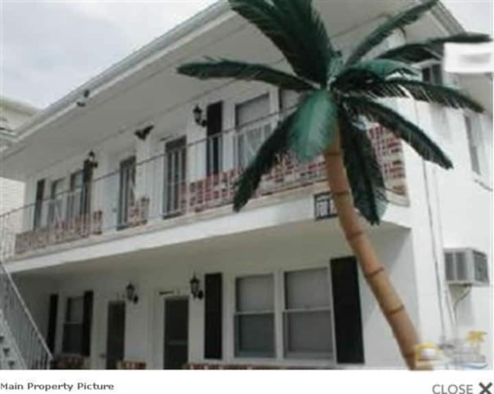 4 bed beachy Apt 1/2 bl from beach