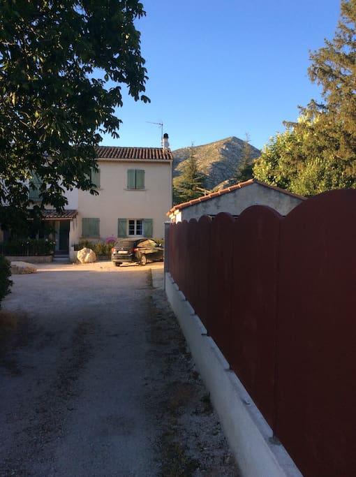 Vue de l'entrée commune de la Bastide , 2 places supplémentaires de parking devant la maison