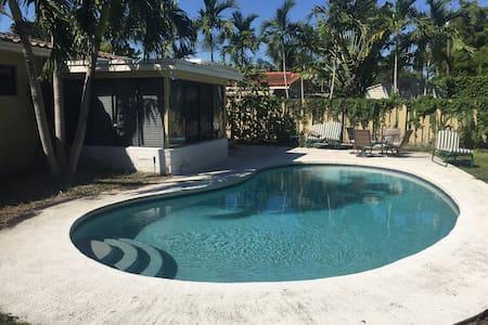 Private home w pool near the beach! - Hus