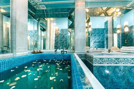 Возле Оперы с мини-басейном