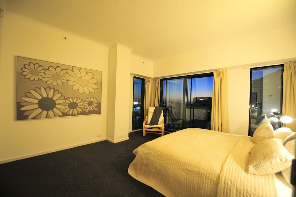 Master bedroom with a walk in wardrobe and a beautiful view over Yarra river and Crown casino.