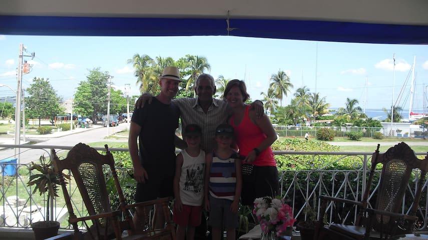 Hostal-La-Marina Que bellisima familia!!!!