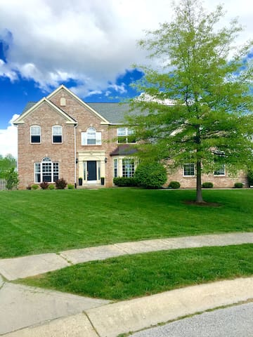 Large Home Minutes from Indy 500! - Avon - Casa