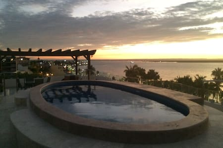 The only malecon Penthouse w/private jacuzzi! - 拉巴斯