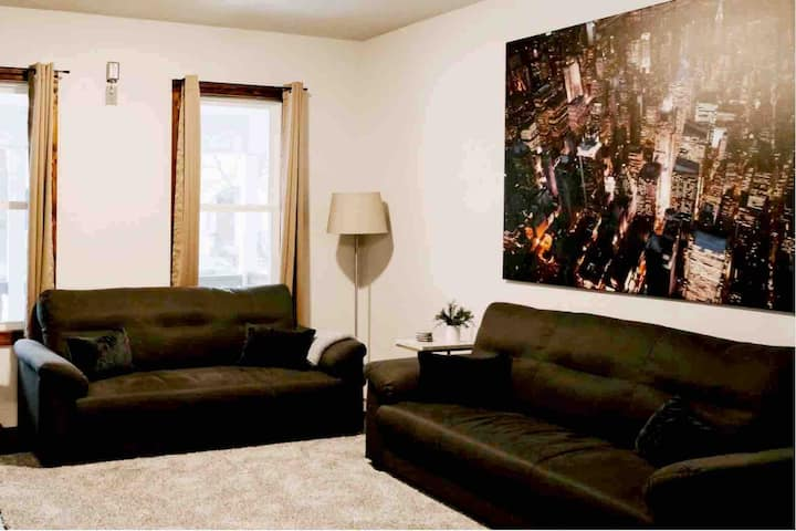 Explore The City- 1.5 mile to DNC, 2 BR/3 beds