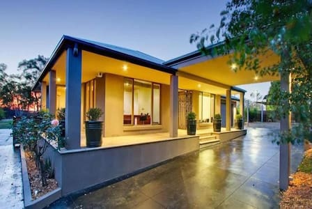 Spacious Garden Retreat 6BDR + 1 Vinery + Pool - Donvale