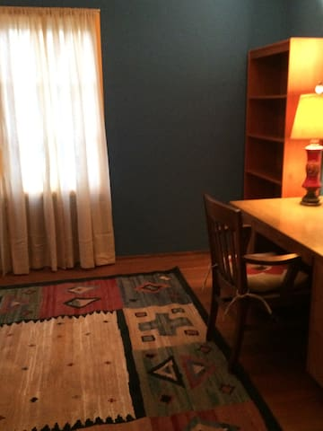 Spacious room with desk and lots of light - El Cerrito - Casa