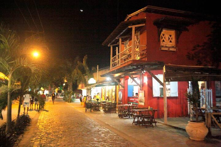 Frente da casa, rua principal do centro de Itacaré