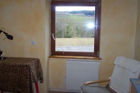 Chambre dans petite maison de bourg - Saint-Cyr-de-Valorges