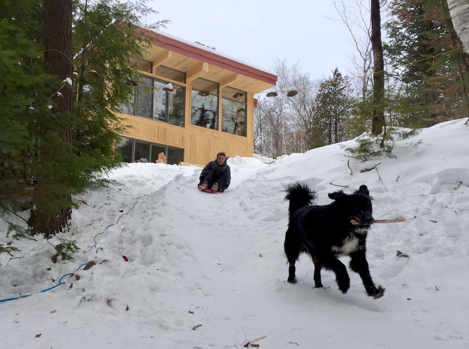 Glissade sur le terrain, raquette et ski de fond à quelques pas du chalet!