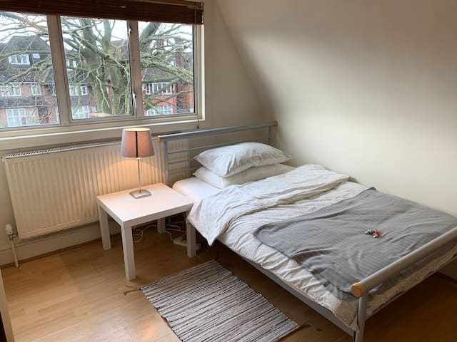 Flat 9, Comfortable Single Studio in Golders Green