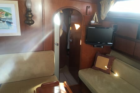 Master cabin on a 12m sailing boat - Barcelona