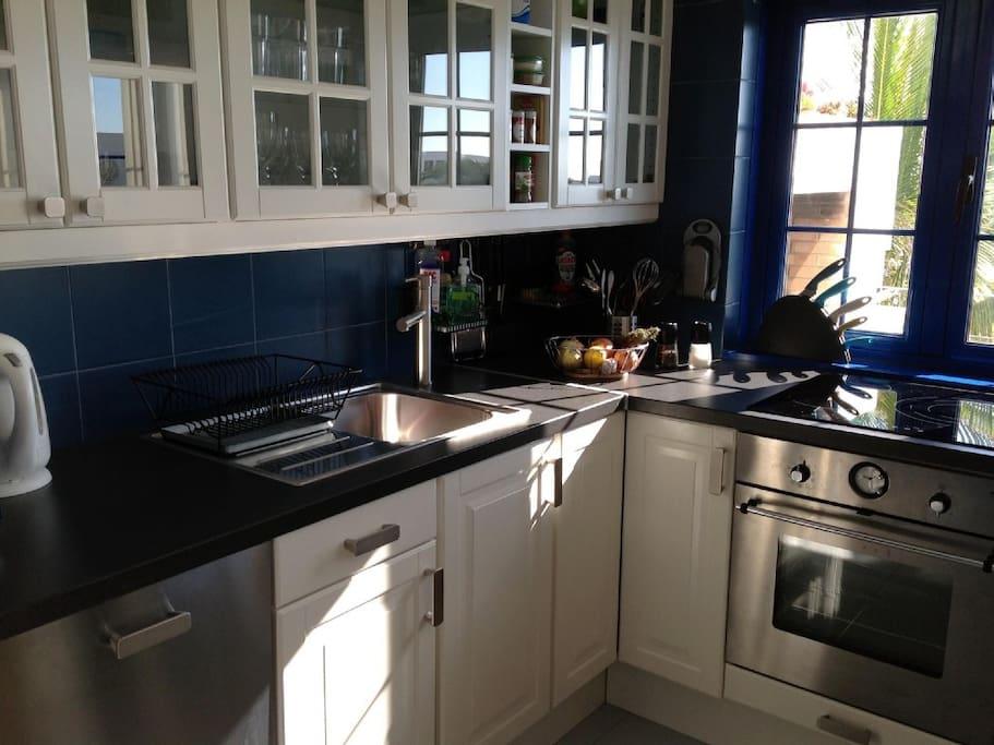 Küche mit Backofen und Geschirrspüler und nebenan