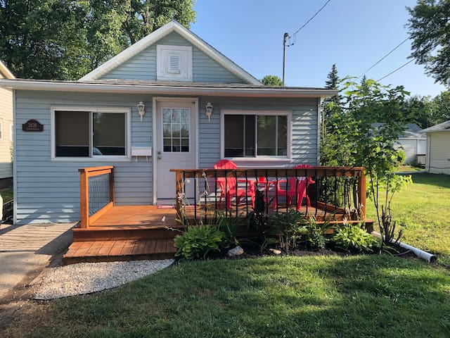 Cute updated cottage (10-15 min walk to the beach)