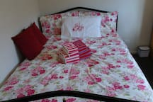 Room2 : Rose room with a double bed - ideal for a student, individual traveller or business traveller