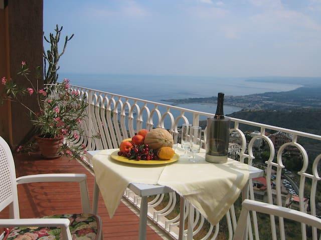 100² App. mit herrlichem Blick auf Meer und Etna - Taormina - Apartment