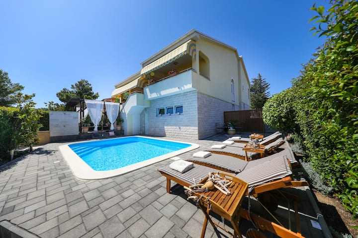4* Villa Carina with heated pool, 7+1