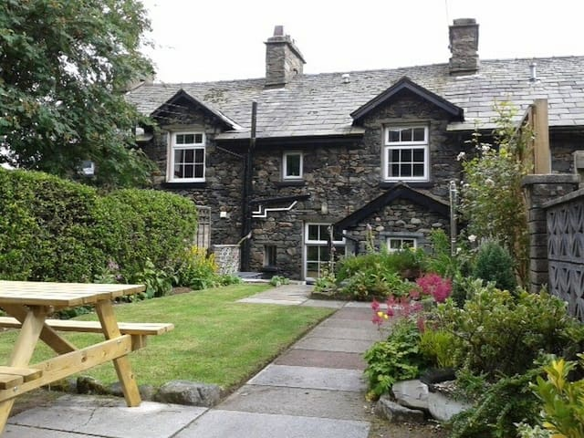 MILLCROFT, family friendly, with open fire in Glenridding, Ref 972632