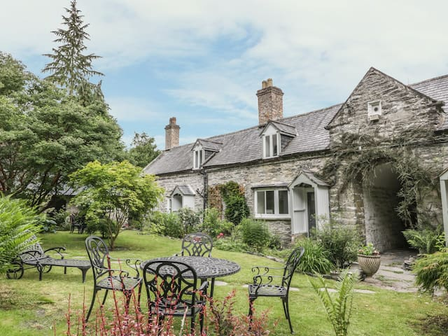 COLEG Y GROES, family friendly, with a garden in Corwen, Ref 985433