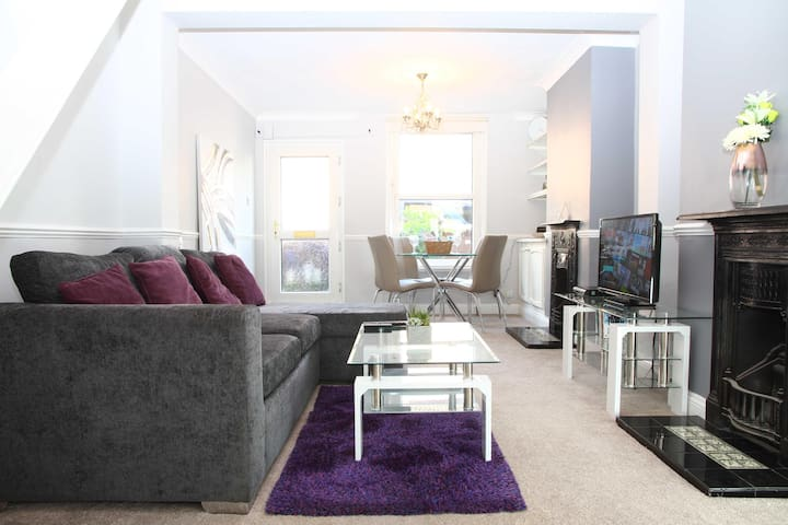 ✪ Ideal Chelmsford ✪ Serviced Primrose Home - 2 Bed Perfect for Broomfield Hospital/Chelmsford City Centre/Shopping/A12 ✪
