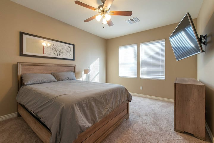 BRAND NEW PRIVATE MASTER BEDROOM (NO CLEANING FEE)