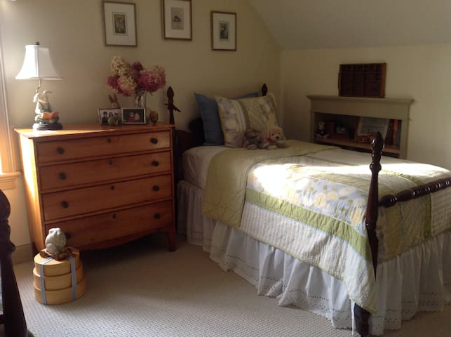 Quiet Room close to Brimfield Fair - Brimfield - Hus