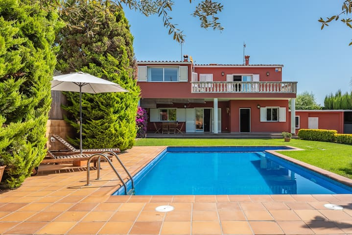 Monica house, beautiful house with garden and pool in the center of Calonge