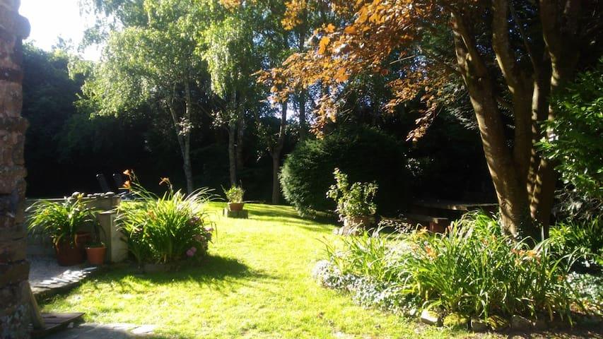 Grand jardin privatif clos, calme et arboré.