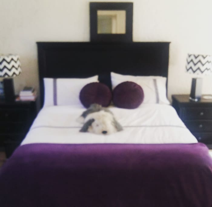 Bedrooms with clean bedding are situated upstairs with a huge balcony,we offer candle light dinners or picnics whilst having a view of Erusmuskloof with sunrise and sunset views