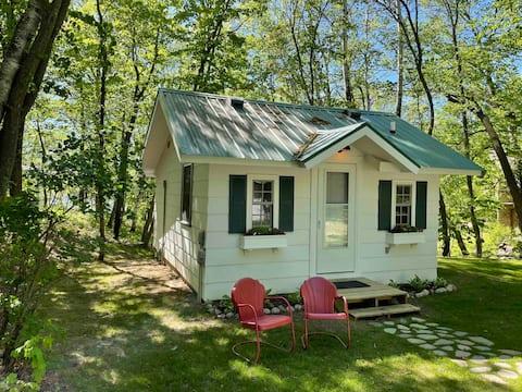Charming cottage on beautiful 10 Mile Lake