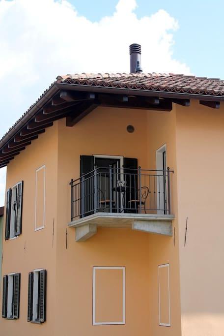 Facciata esterna con  vista del balcone
