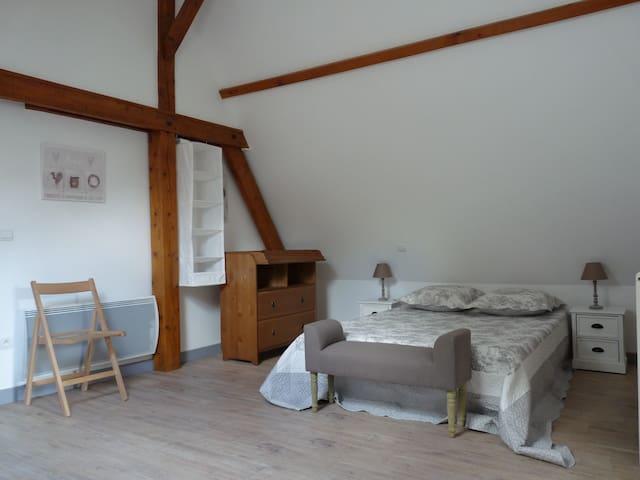 Chambre 2 : 1 lit double + lit bébé