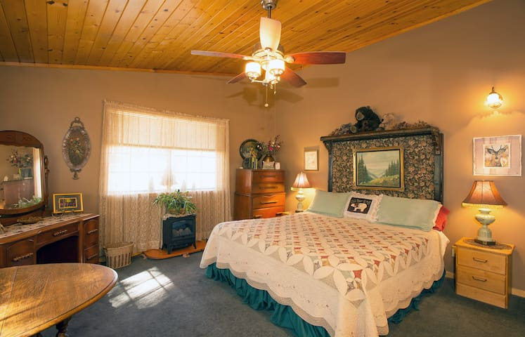 Pine View Room - Old Bear B&B - Spacious/private